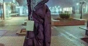 Στη Λάρισα «ντύνουν» με μπουφάν τα δέντρα για τον πιο συγκινητικό λόγο