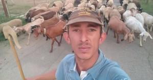 Ο viral 25χρονος βοσκός που τρελαίνει κόσμο με τα στιχάκια του στο Facebook