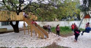 Το παιδικό όνειρο:Έφτιαξαν δεντρόσπιτο σε δημοτικό σχολείο στα Χανιά (φωτο)
