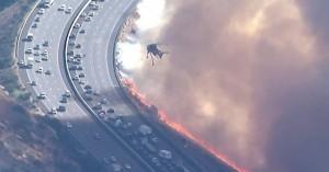 Φωτιά στην Καλιφόρνια: Γυναίκα περνάει μέσα από τις φλόγες για να σωθεί