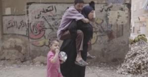 Κουβαλάει κάθε μέρα στους ώμους της τον παραπληγικό σύζυγό της (βίντεο)