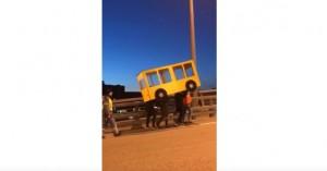 Ντύθηκαν… λεωφορείο για να διασχίσουν γέφυρα μόνο για οχήματα