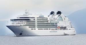 Το κρουαζιερόπλοιο Seabourn Ovation στο λιμάνι του Αγίου Νικολάου