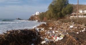 Γέμισε σκουπίδια παραλία στη νότια Κρήτη που ξεβράστηκαν λόγω κακοκαιρίας