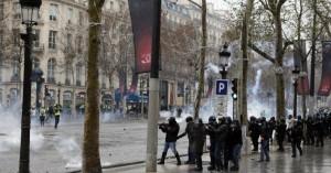H στιγμή μεταξύ «κίτρινων γιλέκων» και αστυνομίας που έκλεψε τις εντυπώσεις