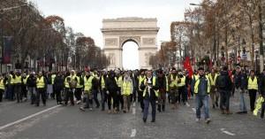 Τα «κίτρινα γιλέκα» απειλούν ξανά τον Μακρόν, παρά τις παροχές