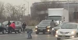 Χάος σε αυτοκινητόδρομο όταν άρχισε να «βρέχει χρήματα»
