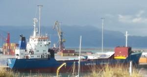 Κάνουν φύλλο και φτερό το πλοίο με το ύποπτο φορτίο (φωτο)