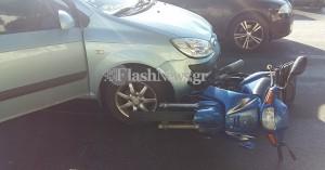 Μηχανάκι σύρθηκε κάτω από αυτοκίνητο σε τροχαίο στα Χανιά (φωτο)