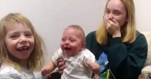 Το πιο γλυκό βίντεο με βρέφος που ξεσπάει σε γέλια - Δείτε γιατί (βίντεο)