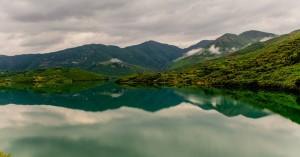 Τοπίο απόλυτης γαλήνης δίπλα σε μία παραμυθένια λίμνη