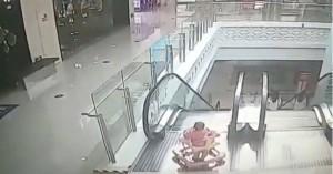 Η σοκαριστική στιγμή που μωρό 9 μηνών πέφτει από κυλιόμενη σκάλα (βίντεο)