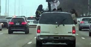 Δύο γυναίκες κάνουν twerking στην οροφή οχήματος σε αυτοκινητόδρομο