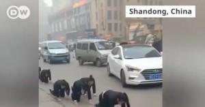 Κινεζική εταιρεία έβαλε εργαζομένους να περπατήσουν στα «4» στον δρόμο...