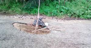 Επικίνδυνη λακκούβα στη μέση του δρόμου (φωτο)