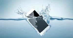 Το «μαγικό» για να σώσετε το κινητό σας αν πέσει στο νερό