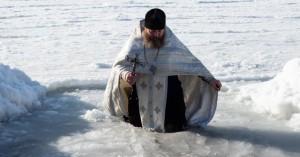 Ρώσοι Παλαιοημερολογίτες βουτούν στους -40 βαθμούς για τα Θεοφάνεια