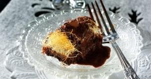 Κανταΐφι με δαμάσκηνα, καρύδια και σιρόπι σοκολάτας