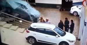 Πάτησε γκάζι σε έκθεση αυτοκινήτων και τα έκανε... λίμπα (βίντεο)