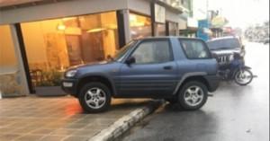 Αψυχολόγητος οδηγός στα Χανιά καβάλησε πεζοδρόμιο ενώ είχε χώρο να παρκάρει (φωτο)