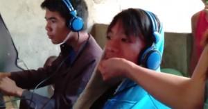 Μητέρα ταΐζει τον γιο της που δεν μπορεί να ξεκολλήσει από τα video games