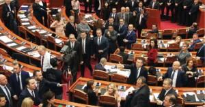 Κλιμακώνεται η πολιτική κρίση στην Αλβανία: Παραιτήθηκαν βουλευτές της αντιπολίτευσης
