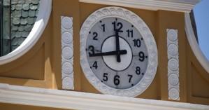 Το… ανάποδο ρολόι στο κοινοβούλιο της Βολιβίας