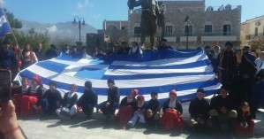 Η μαντινάδα κρητικών για την Μακεδονία, μπροστά απ'το άγαλμα του Πετρόμπεη Μαυρομιχάλη
