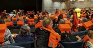 Το χάος στο εσωτερικό του κρουαζιερόπλοιου που εκκενώθηκε στη Νορβηγία (βίντεο + φωτο)