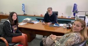 Τη μαθήτρια που τραγούδησε Ερωτόκριτο στο Ευρωκοινοβούλιο βράβευσε ο δήμαρχος