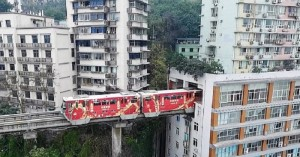Τρένο περνά μέσα από πολυκατοικία!