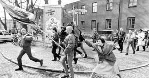 Σουηδία: Μία τσαντιά στο κεφάλι ενός νεοναζί από μια γυναίκα, το 1985, έγινε άγαλμα
