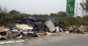 Τα σκουπίδια κάνουν πάρτι στον παράλληλο δρόμο της εθνικής οδού Χανίων - Ρεθύμνου
