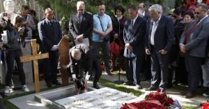 Η χήρα του Σλόμπονταν Μιλόσεβιτς τάφηκε μέσα στον κοινό τους τάφο