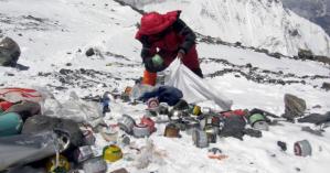 Εκστρατεία καθαρισμού του Έβερεστ με στόχο να απομακρυνθούν πάνω από 10 τόνοι σκουπιδιών
