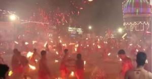 Το πύρινο έθιμο με τους πυρσούς για τη Θεά Durga στην Ινδία (βίντεο)