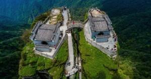 «Δίδυμοι» ναοί στις κορυφές βράχου στα 2.600 μέτρα!