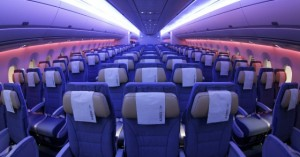 Γιατί χαμηλώνουν τα φώτα στο αεροπλάνο στην προσγείωση και την απογείωση