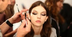 To glossy eye look είναι το νέο big trend στο μακιγιάζ! Πώς θα το πετύχετε