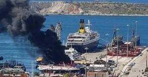 Φωτιά σε ιπτάμενο δελφίνι στο Πέραμα - Δείτε βίντεο με το πλοίο τυλιγμένο στις φλόγες
