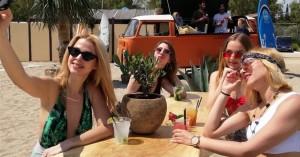 Ο Σειρηνάκης άνοιξε beach bar στη Βουλιαγμένη