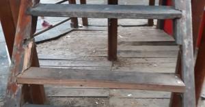 Σκαλοπάτι λείπει σε τσουλήθρα που παίζουν παιδιά