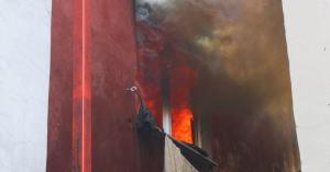 Μητέρα πέταξε τα τρία παιδιά της από το μπαλκόνι για να τα σώσει από φωτιά