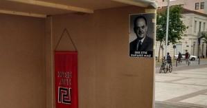 Διέλυσαν το περίπτερο της Χρυσής Αυγής στην Καλαμάτα - Είχαν αφίσες του Γ. Παπαδόπουλου