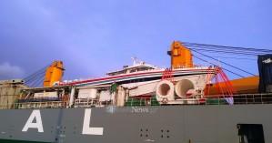 Στην Σούδα πλοίο που μετέφερε ένα άλλο….πλοίο! Το Sfakia Pioneer στα Χανιά (φωτο - video)