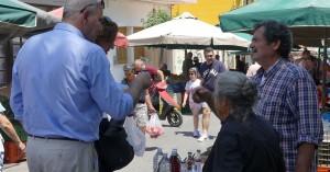 Στη λαϊκή αγορά της οδού Μίνωος ο Βασίλης Διγαλάκης