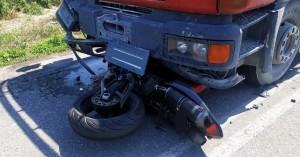 Φρικτό τροχαίο: Μηχανή καρφώθηκε σε φορτηγό – Νεκρός ο μοτοσικλετιστής (φωτο)