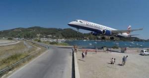 Σκιάθος:Το πιο τρελό αεροδρόμιο του κόσμου-Προσγειώσεις σε απόσταση αναπνοής από ανθρώπους