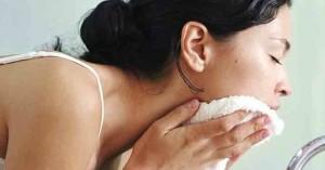 Καθαρισμός Προσώπου: Τα 4 λάθη που κάνετε οι περισσότερες και πρέπει να τα σταματήσετε