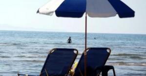 Καταγγελία για αισχροκέρδεια σε παραλία των Χανίων - Χρέωσαν παραπάνω τα ομπρελοκαθίσματα